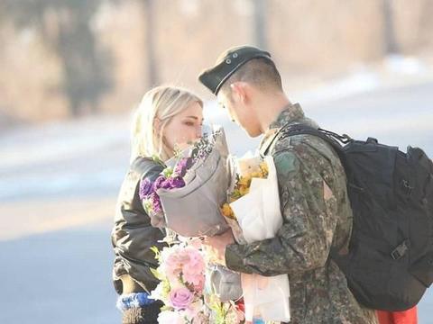 韩国歌手林胜斌服兵役结束,德国女友喜极而泣,相拥一刻真浪漫