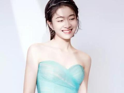 张雪迎穿Dior的裙子看秀,但鞋子却让人笑喷:这是要去插秧