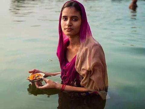"""印度""""贫民窟""""女人温饱都达不到,为啥还穿金带银,怎么做到的?"""