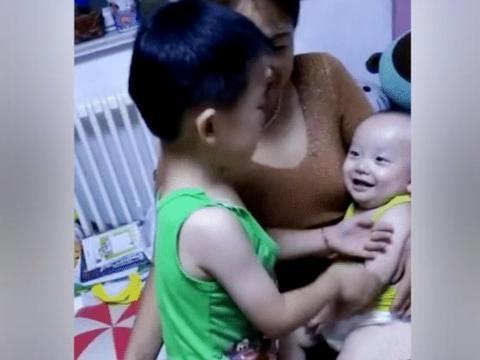 哥哥看到弟弟断奶, 心疼地抱着弟弟哭了起来, 弟弟的反应?