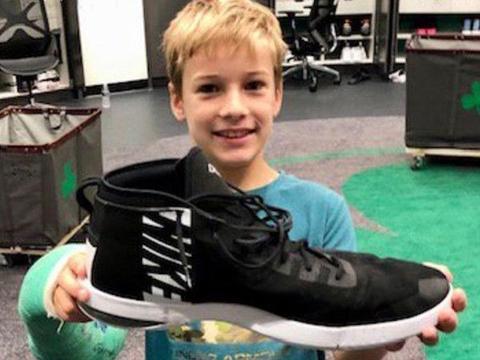 篮球巨人大脚!绿军新秀身高2米31,坎特拿他鞋打电话,比头大2倍