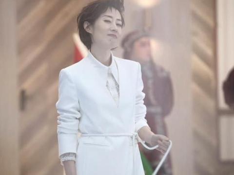 """""""大姐""""刘敏涛穿上10cm细高跟太惊艳,衣服上系鞋带更时髦了"""