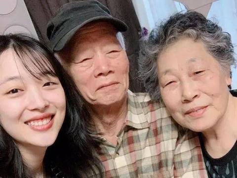 崔雪莉生前与爷爷奶奶合影曝光,笑容灿烂!老人得知消息无法接受