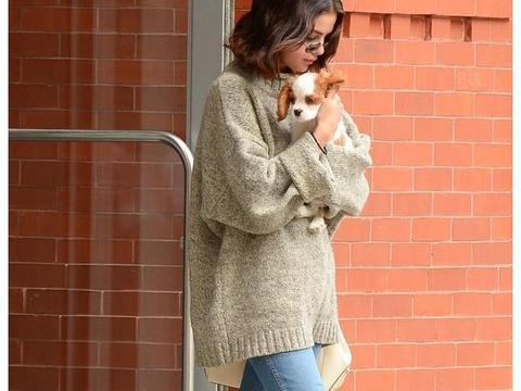 萌犬配美人 赛琳娜·戈麦斯一身休闲装怀抱爱犬出街