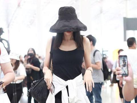 女模特张梓琳现身机场,穿黑色背心搭铅笔裤,腰系衬衣秀好身材