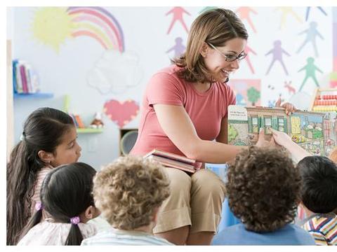 幼儿园男孩午睡时突然满头大汗,女老师掀开被子尴尬了……