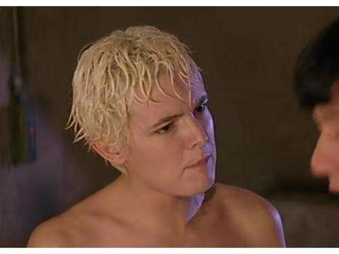 她在电影中被拽掉浴巾,狠打成龙一巴掌,随后退出演艺圈