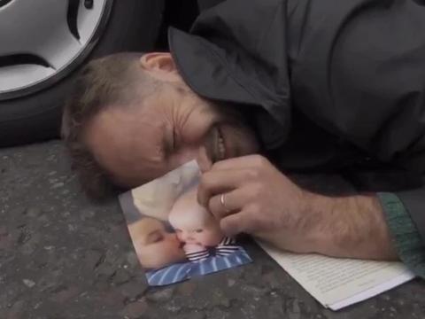 父亲手握孩子照片伏地成网红,伦敦气候抗议者花样多