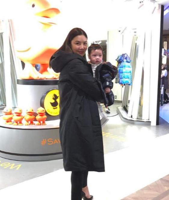 黎明前妻乐基儿产后身材粗壮,5个月大的萌宝首次公开亮相