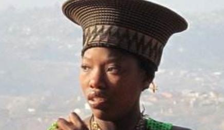 非洲原始部落,族中女性都不喜欢穿上衣,内向游客不忍直视
