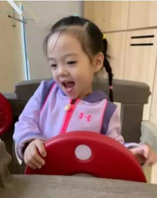 杨威晒2岁双胞胎女儿,欢欢乐乐自己吃饭不用喂,姐俩都是左撇子