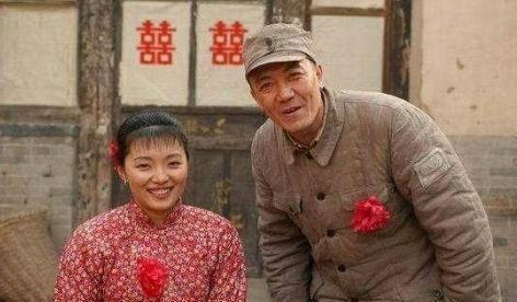 李云龙与秀芹结婚,老版《亮剑》啃烂白菜,新版却大鱼大肉?