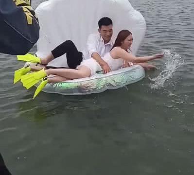 水里拍摄婚纱照,新娘差点掉水里,成片出来后让人大跌眼镜