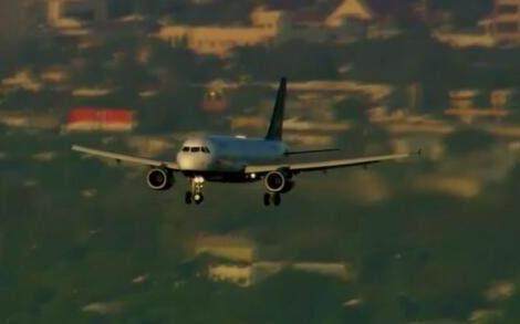 飞机失事时,为什么宁可坠毁也不让乘客跳伞?空姐:你想的太简单