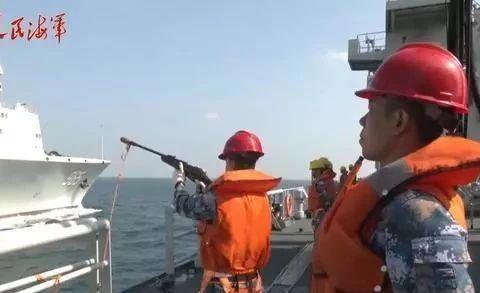 国产海上巨无霸再出镜,直接吸干一艘补给舰