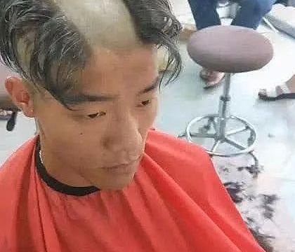 男子去理发,要求剪一个非常时尚的发型,当发型出来后理发师笑了