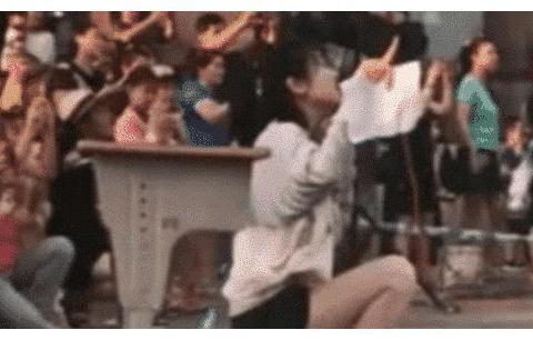 最漂亮女幼师走红,当她蹲下的那刻,网友:我马上带孩子入学!