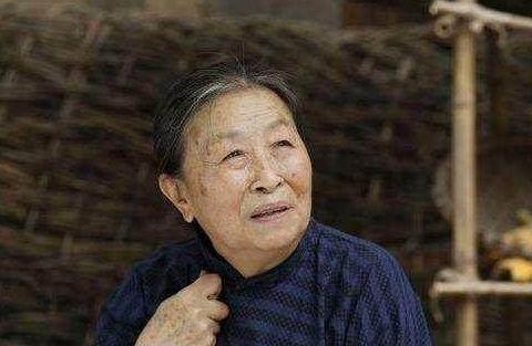 丑娘张少华骨瘦如柴,82岁高龄为子还债,仍住40平老房子