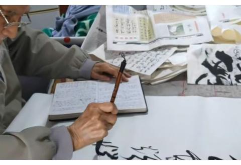 98岁老人草书抄写打油诗,每天能坚持2两小时,网友:老有所乐