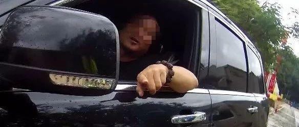 """海南街头惊现""""违章王"""",交警都惊了!24本驾照分也不够扣!"""