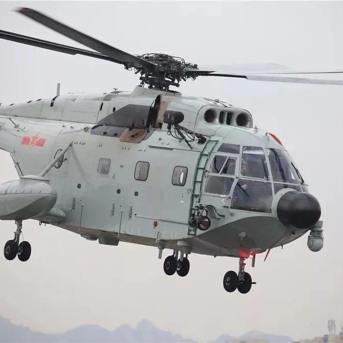 舰载直升机高空中悬停吊起30cm高的三脚架,这波操作很nice!