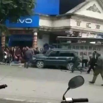 1死11伤!桂林荔浦一越野车撞公交候车亭,场面揪心