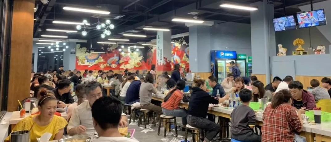 最近扬州很火的这家咸排火锅店,后厨环境被曝光,看完你什么感受?