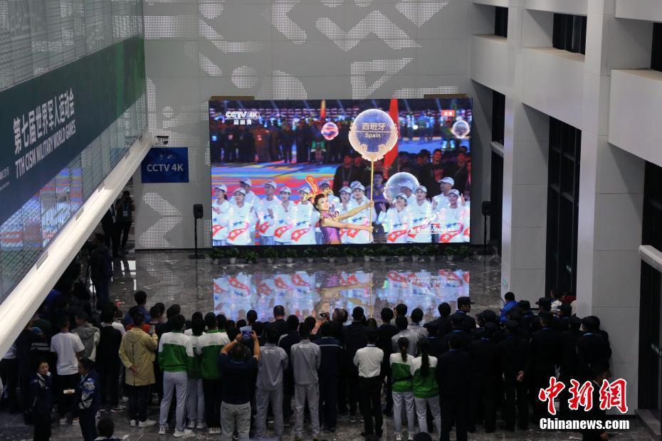 第七届世界军人运动会开幕 民众收看电视直播第七届世界军人运动会开幕 民众收看电视直播