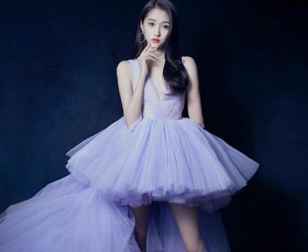 拥有逆天大长腿的关晓彤,身穿一袭礼服似婚纱,难怪鹿晗喜欢