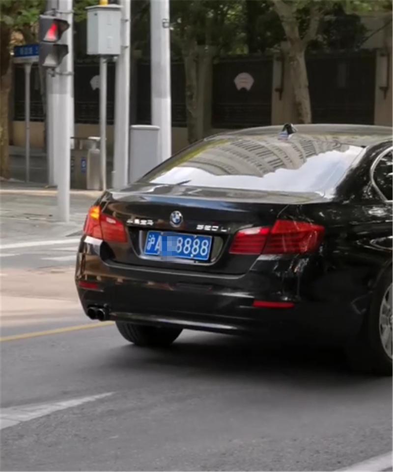 """""""沪A""""牌宝马520Li,车价仅48万,看到车牌号,就知牌比车还贵"""