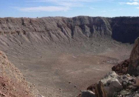 世界上最大的陨石坑,钻石矿多到不敢开发,而坑中生活着55万人