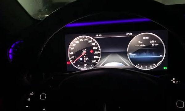 视频:奔驰E级全液晶仪表盘和中控屏幕还不错,64色内饰氛围灯很漂亮