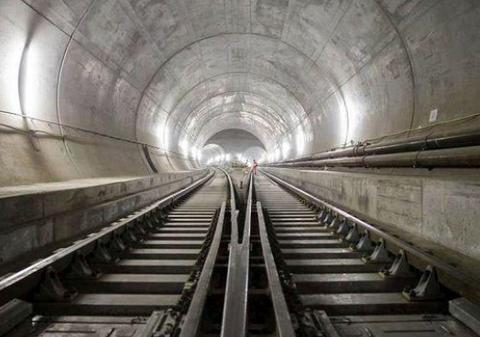 欧洲一隧道耗费17年建成:穿越阿尔卑斯山脉,火车一小时都跑不完