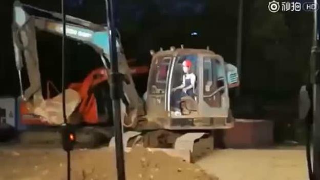 赵丽颖发家致富,挖掘机司机