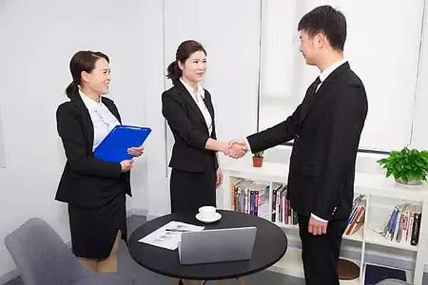 老员工多次忘记打卡被扣奖金,离职后收到信息,老板:求你回来