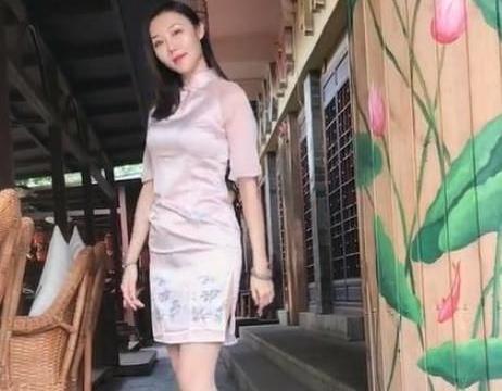 街拍:少妇穿旗袍性感迷人,突显出迷人的身段,性感诱人