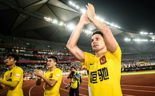 当郑智、郜林走来,恒大球迷用维京战吼、唱歌喊口号助威气氛嗨爆