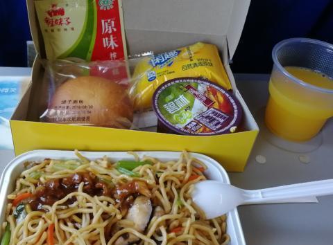坐飞机空姐推出的餐车里有啥?网友晒出的飞机餐照片让人流口水