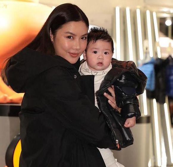 黎明前妻乐基儿首带儿子亮相,基因遗传太到位,大眼萌宝超可爱