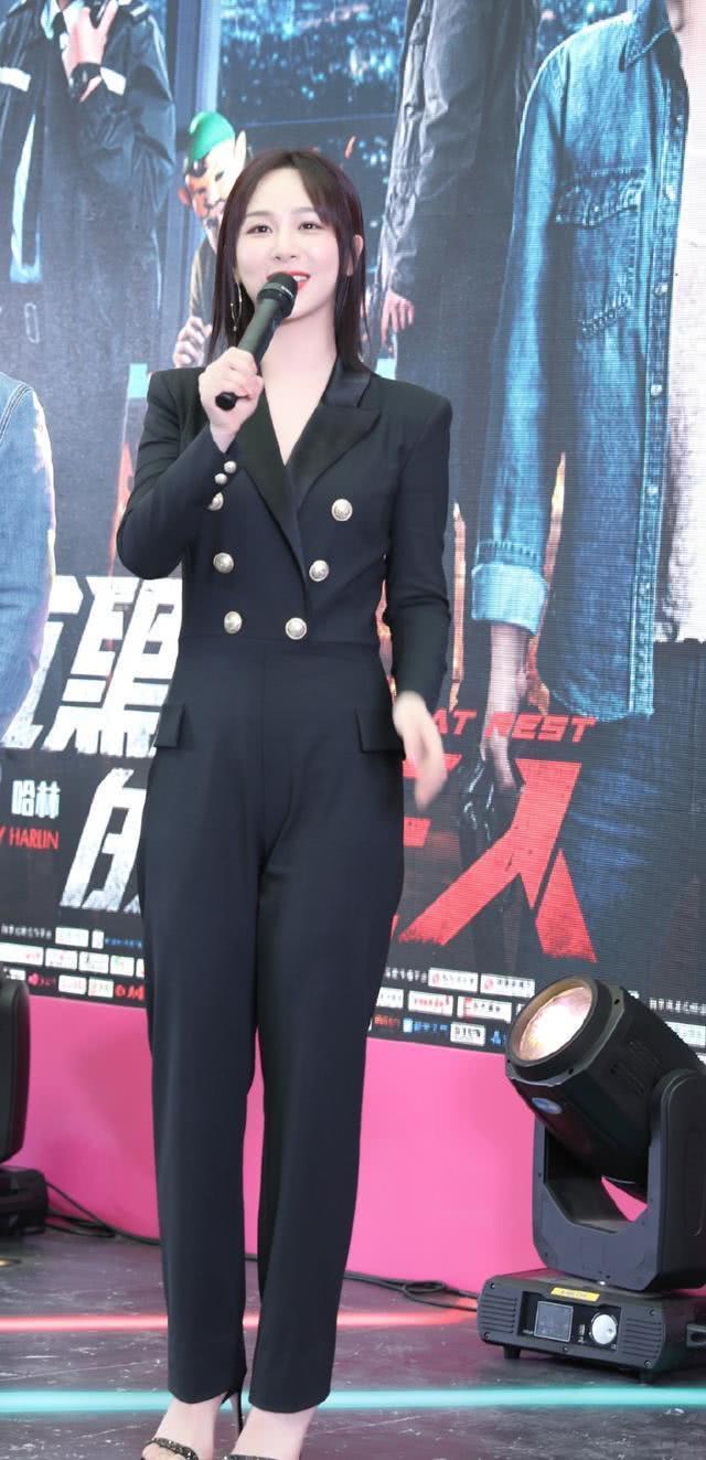 杨紫这波操作稳了,这身黑色西装连体裤配高跟鞋飒气十足气场全开