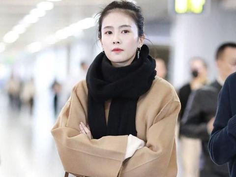 内地女演员现身机场,穿驼色大衣时尚感十足,对镜比心甜笑