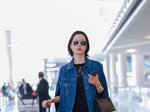 杜鹃机场黑色长裙配牛仔,青春时尚又女性,毫无违和感,气场绝了