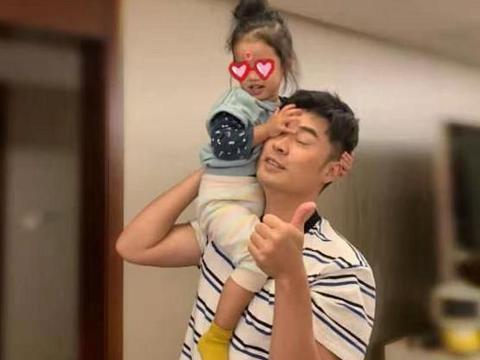 张子萱开启秀恩爱模式,看到陈赫的表情后,网友:真怕被玩坏了
