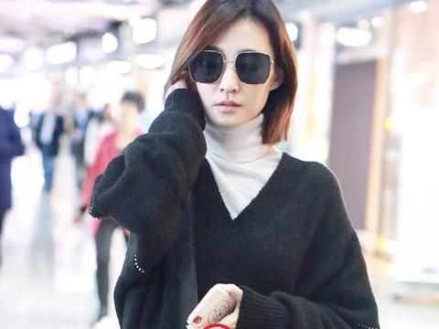 王丽坤被曝领证后首次现身机场,左手中指的戒指很吸睛