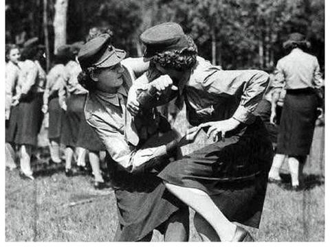 二战时期,为何苏联女兵只能穿裙子上战场,不敢违抗,原因很简单