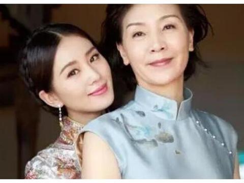 比吴奇隆大两岁的丈母娘,到底长啥样?