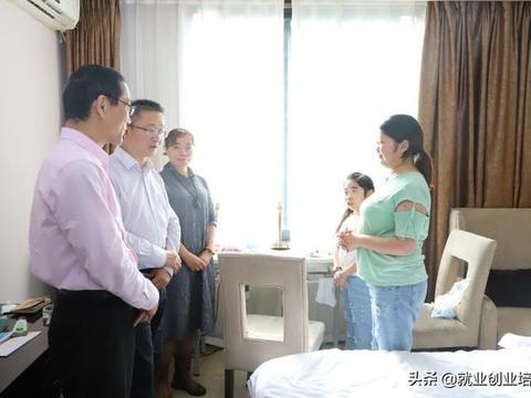 四川省残联副理事长黄卫德、省就业训练中心主任黄春生等领导
