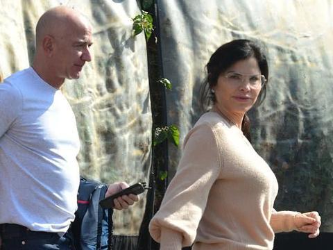 首富贝索斯与49岁女友共进早餐,桑切斯素颜,搭配简单串珠手链