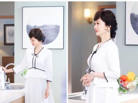 赵雅芝的新私服好美,穿米黄色大衣,配黄色高领很减龄很时髦!