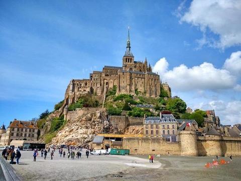 神奇的山岛:退潮后是山,涨潮后是岛,因一座教堂闻名世界